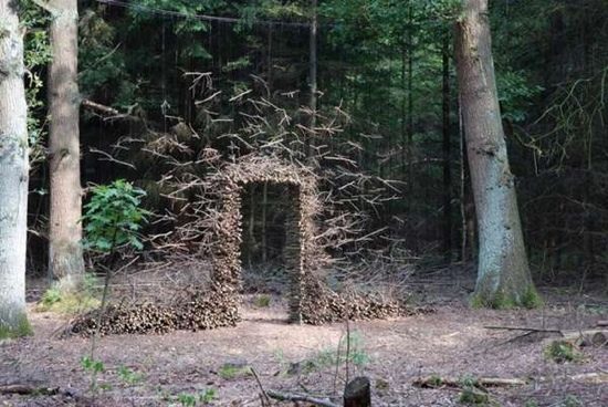 งานศิลปะ ที่เล่นตลกกับแรงดึงดูดของโลก..เสกให้กิ่งไม้, ก้อนหินลอยได้ 13 - Cornelia Konrads
