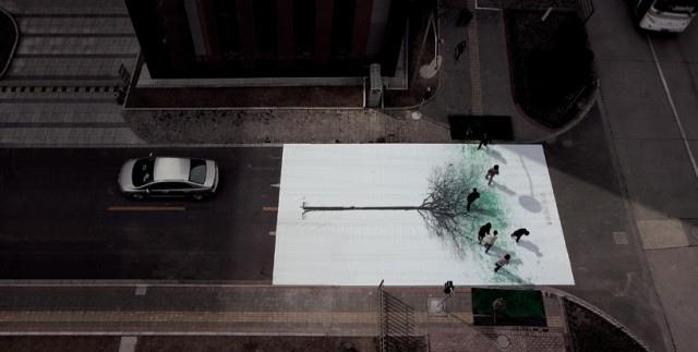 แคมเปญสร้างจิตสำนึกสีเขียวเก๋ๆ...ภาพต้นไม้ ที่วาดภาพใบไม้ด้วยรอยเท้าของคนข้ามถนน  13 - go green