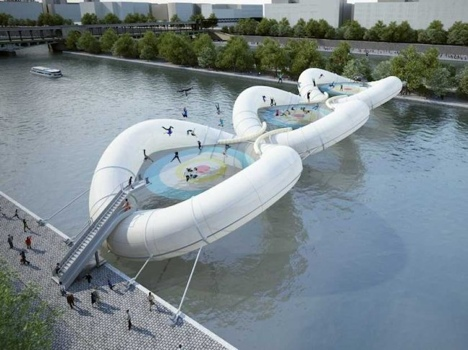 บิน และโดดข้ามแม่น้ำด้วยTrampoline-bridge ในปารีส