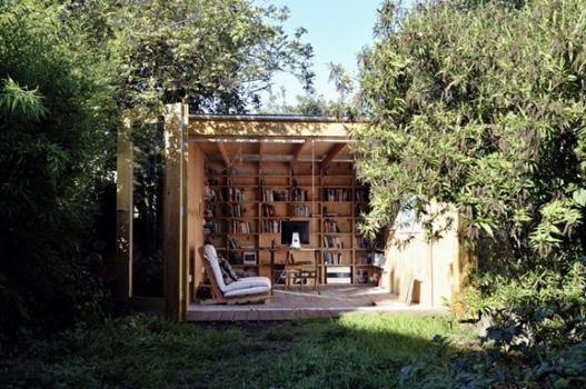 Hackney Shed ที่ทำงานในสวน ตกแต่งด้วยชั้นหนังสือ ผนังเปิดโล่งรับสีเขียว กับหลังคาที่มองเห็นท้องฟ้า 13 -