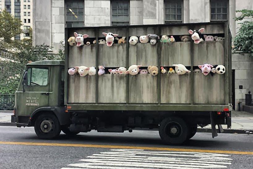"""งานศิลปะ Street Art """"BETTER OUT THAN IN"""" โดย Banksy  13 - Banksy"""