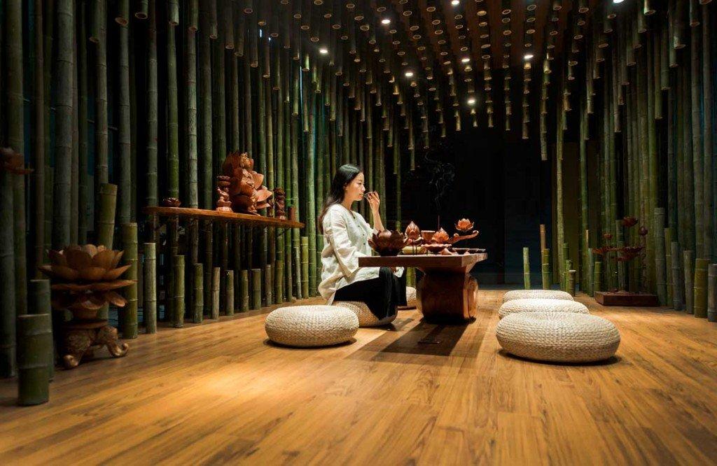 จิตสันติและสงบในห้องดื่มน้ำชา อารมณ์ไผ่และดอกบัวไม้