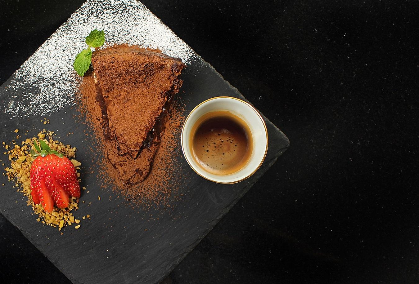 ดื่มด่ำกาแฟตุรกีชั้นเยี่ยม คู่กับ คริสปี้ บราวนี้ เค๊ก ณ โรงแรมเมอเวนพิค สุขุมวิท 15 กรุงเทพ 13 -